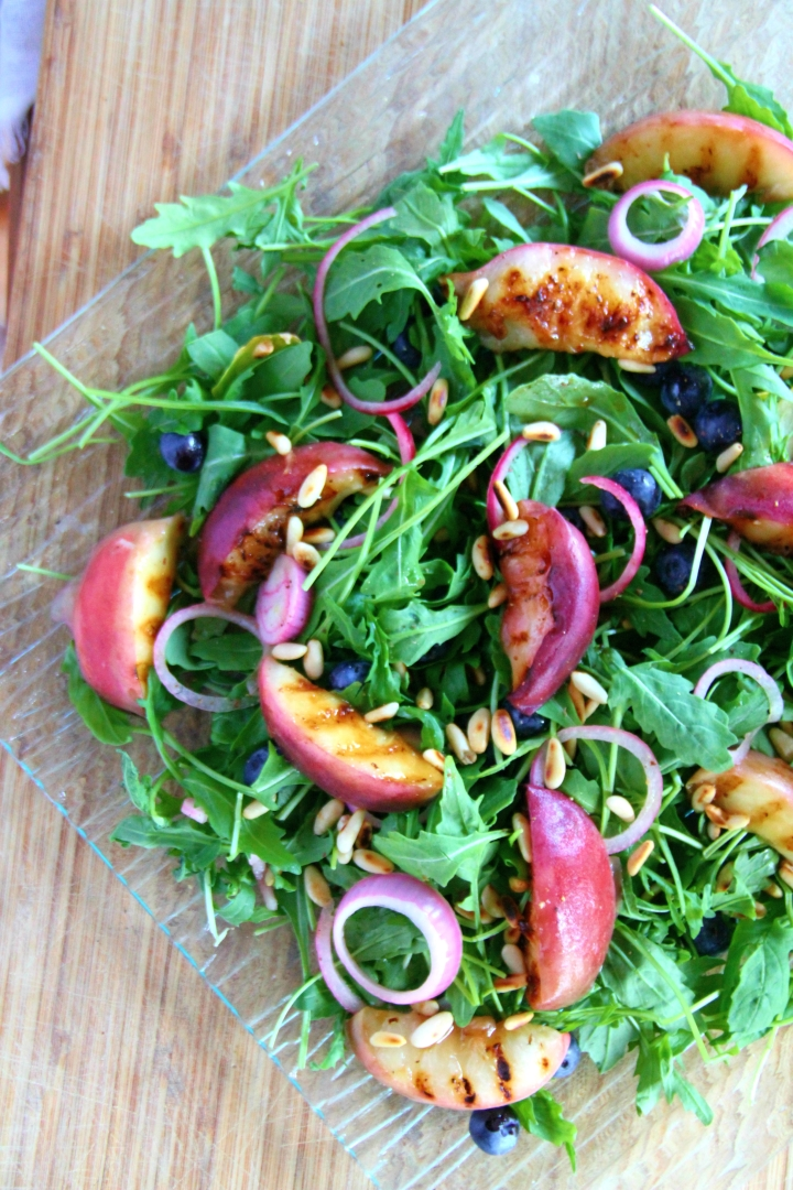 GRILLED PEACH SALAD WITH A BALSAMIC DRESSING / SALADE DE PÊCHES GRILLÉES A LA BALSAMIQUE