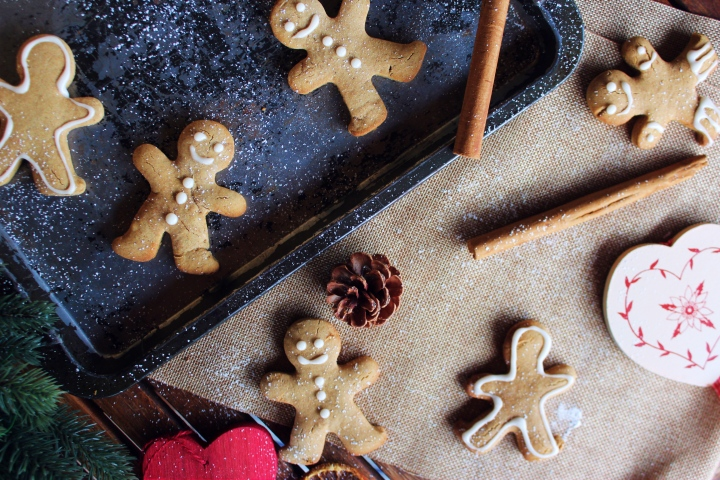 HEALTHY GINGERBREAD MEN / BISCUITS BONSHOMMES DE NOËL EN PAIN D'ÉPICES